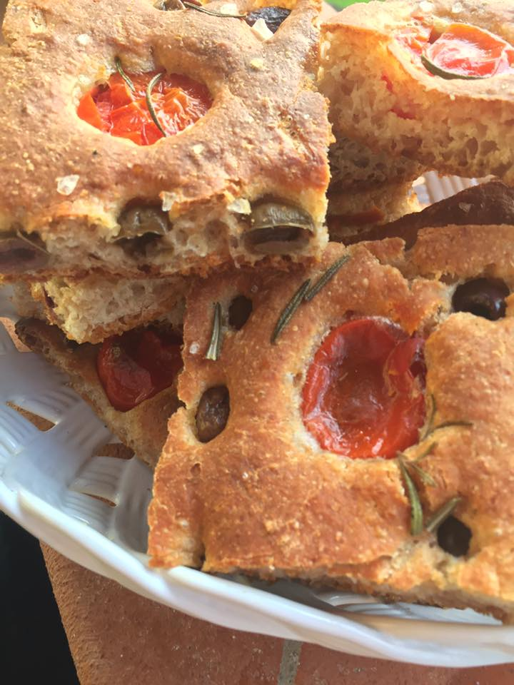 focaccia-olive-pomodorini-a.jpg